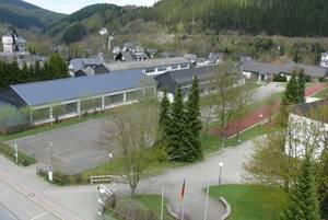 Blick von der Feuerwehrdrehleiter auf einen Teil des Willinger Schulgeländes. Zwischen dem Gymnasialtrakt, der rechts ins Bild ragt, und der ehemaligen MPS soll ein Campus angelegt werden für Schüler aller Schulzweige. (Foto: bk)