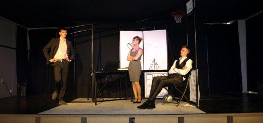 """Szene aus dem Oberstufen-Stück """"Fat Pig"""". Foto: Dietmar Boie"""