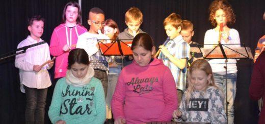 Weihnachtskonzert der Uplandschule: Klasse 3 a und b mit H/R 5