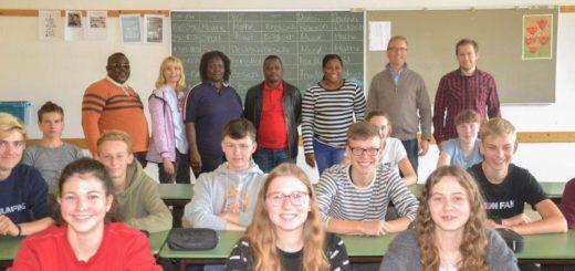 Delegation aus Namibia an der Uplandschule zu Besuch: Lorenst Kuzatjike, Gabi Meier, Dorothea Gaweses, Ralph Skrywer, Mathilda Shihepo, Christian Röhling und Steffen Wenig.
